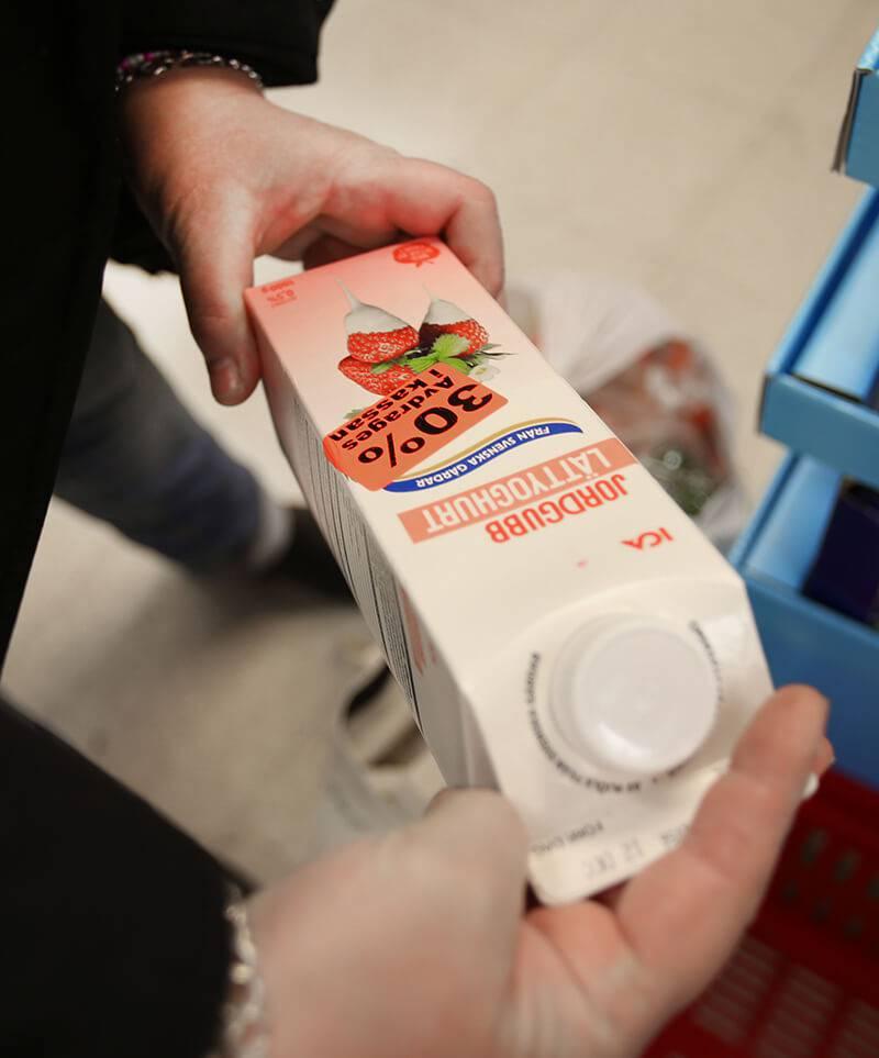 Mat med kort datum, trasig förpackningar mm läggs i matkassarna till medlemmarna . Foto Roger Schederin