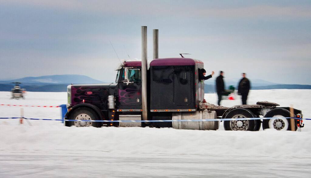 Den amerikanska Peterbilt-lastbilen lyckades bara komma upp i dryga 100.  Foto Roger Schederin