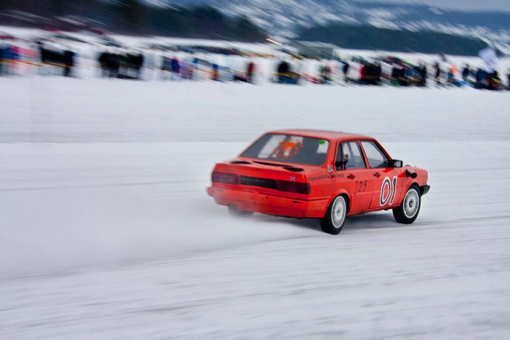 Andreas Martinsson från Ludvika med den vråltrimmade Audin. 304 km/tim på den knöliga isen imponerar. Foto Roger Schederin
