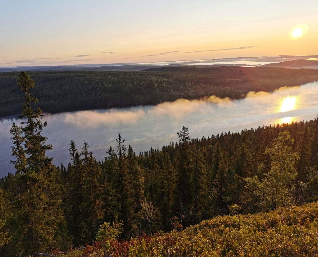 Soluppgång och morgondimma , sett från Bjursjöaltarets topp