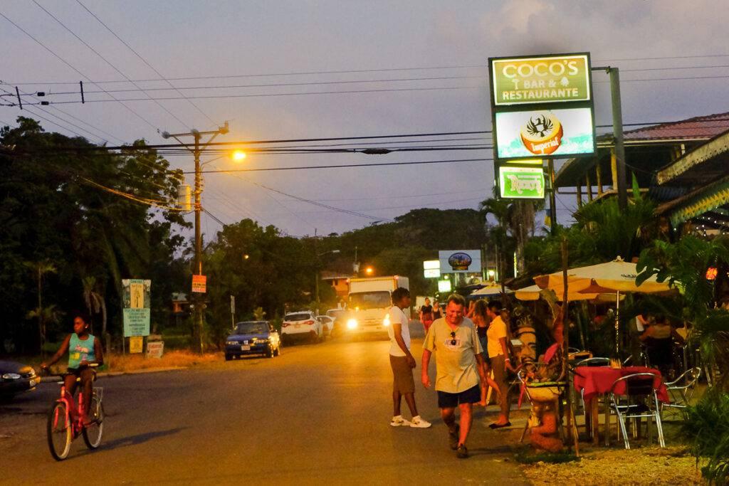 Huvudgatan i Cahuita på kvällen.