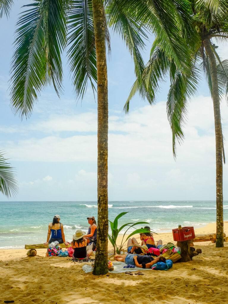 Turister solar på stranden Punta Uva Arrecife.