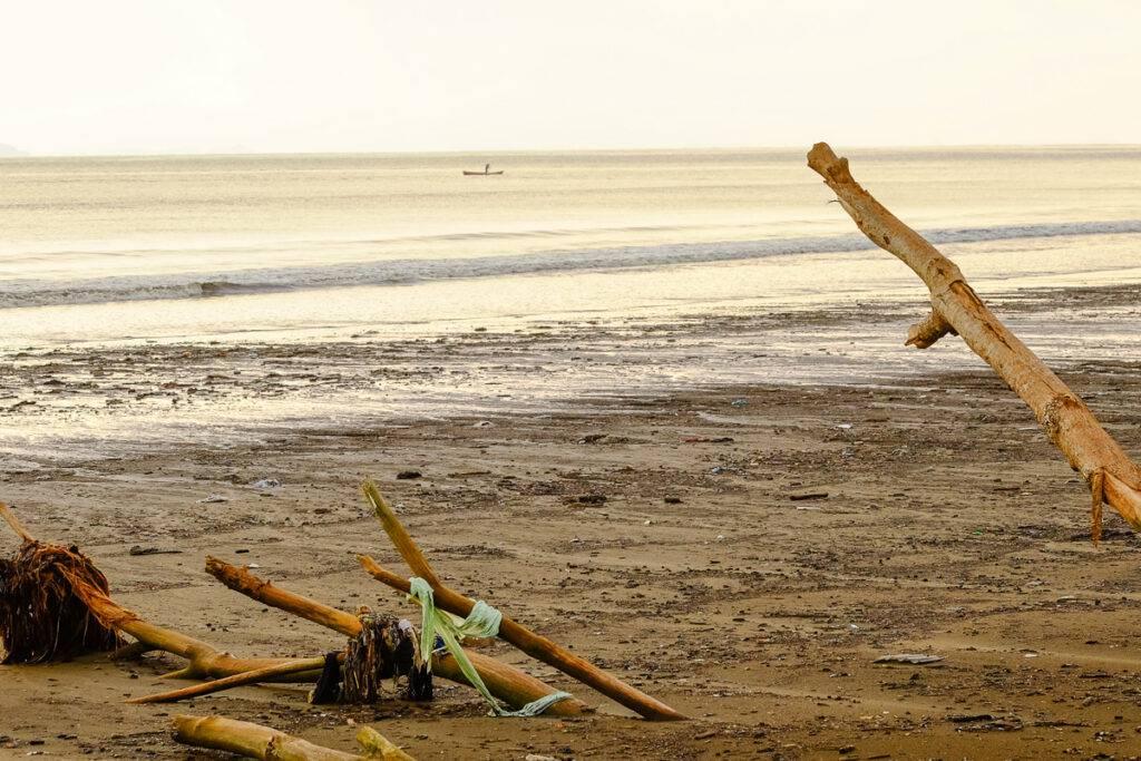 Den skräpiga stranden i Tárcoles.
