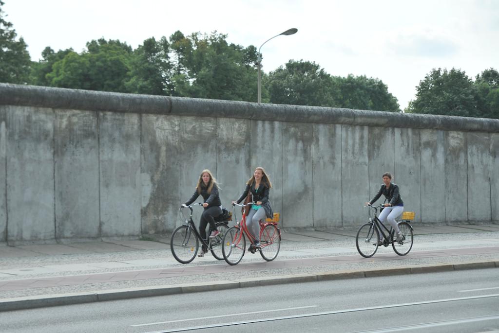 Lär dig mer om Berlinmuren på en guidad cykeltur.