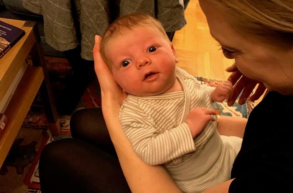 Ett nyfött barn ser på dig