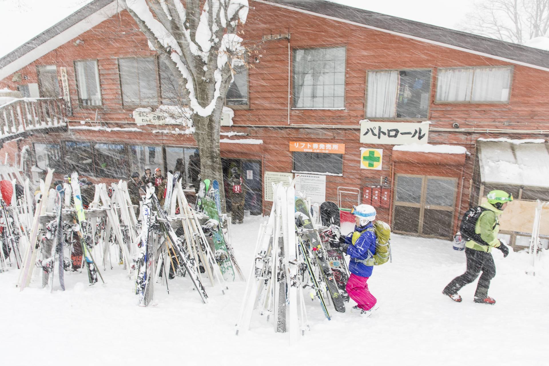 Snöstormen yr på dalstationen på Hakkoda Mountain, Aomori Prefecture, Japan