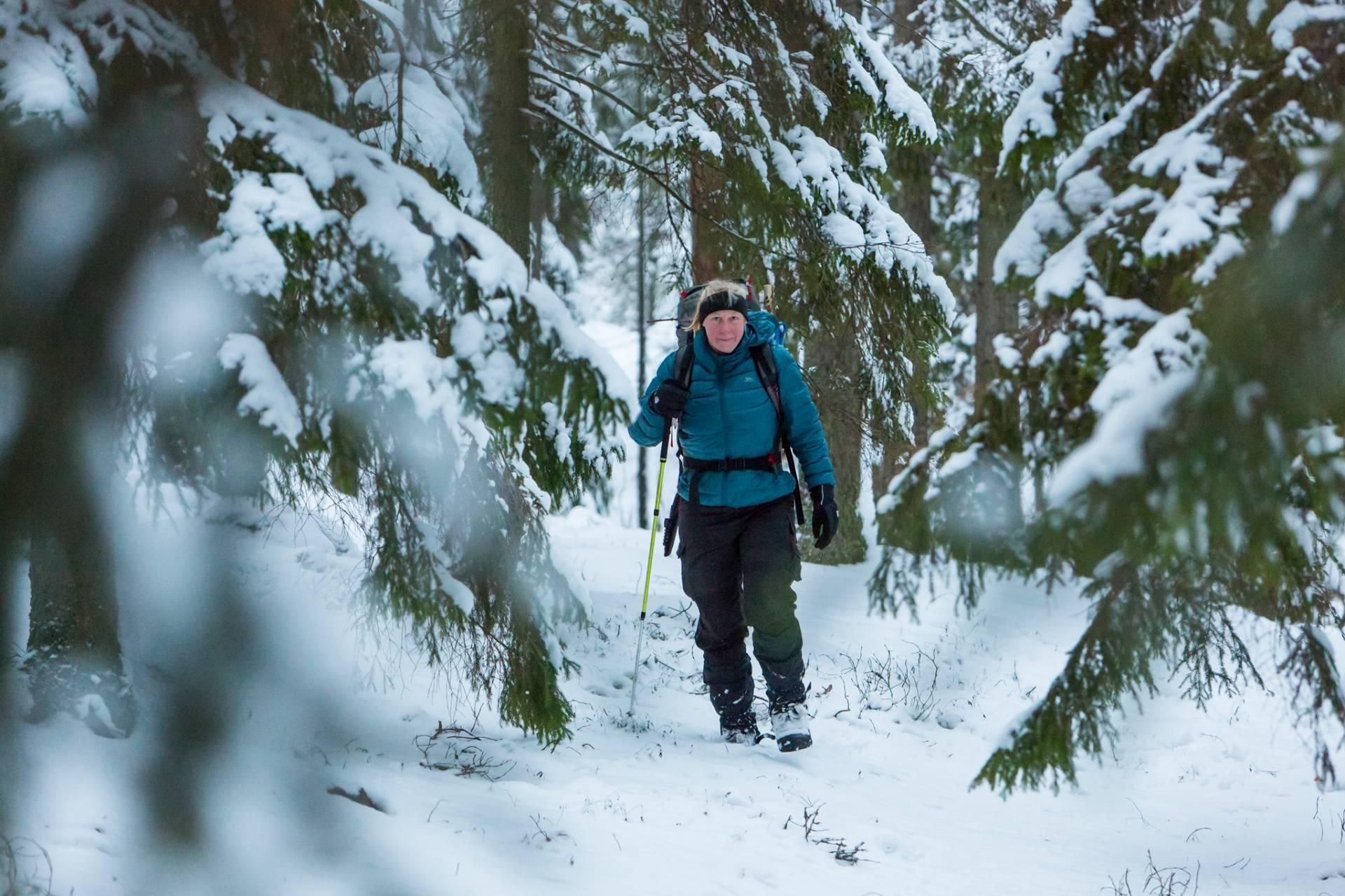 Maria Atterving vid Finnsjöns vindskydd på Sörmlandsleden etapp 17
