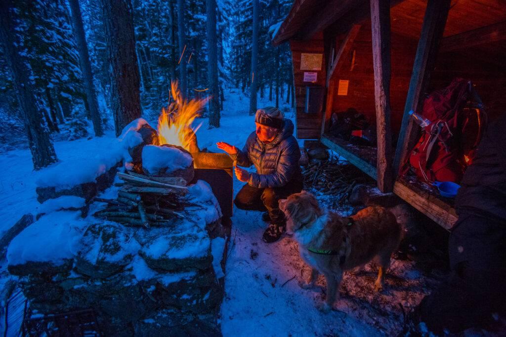 Maria Atterving har tänt en eld vid vindskyddet på Sörmlandsleden