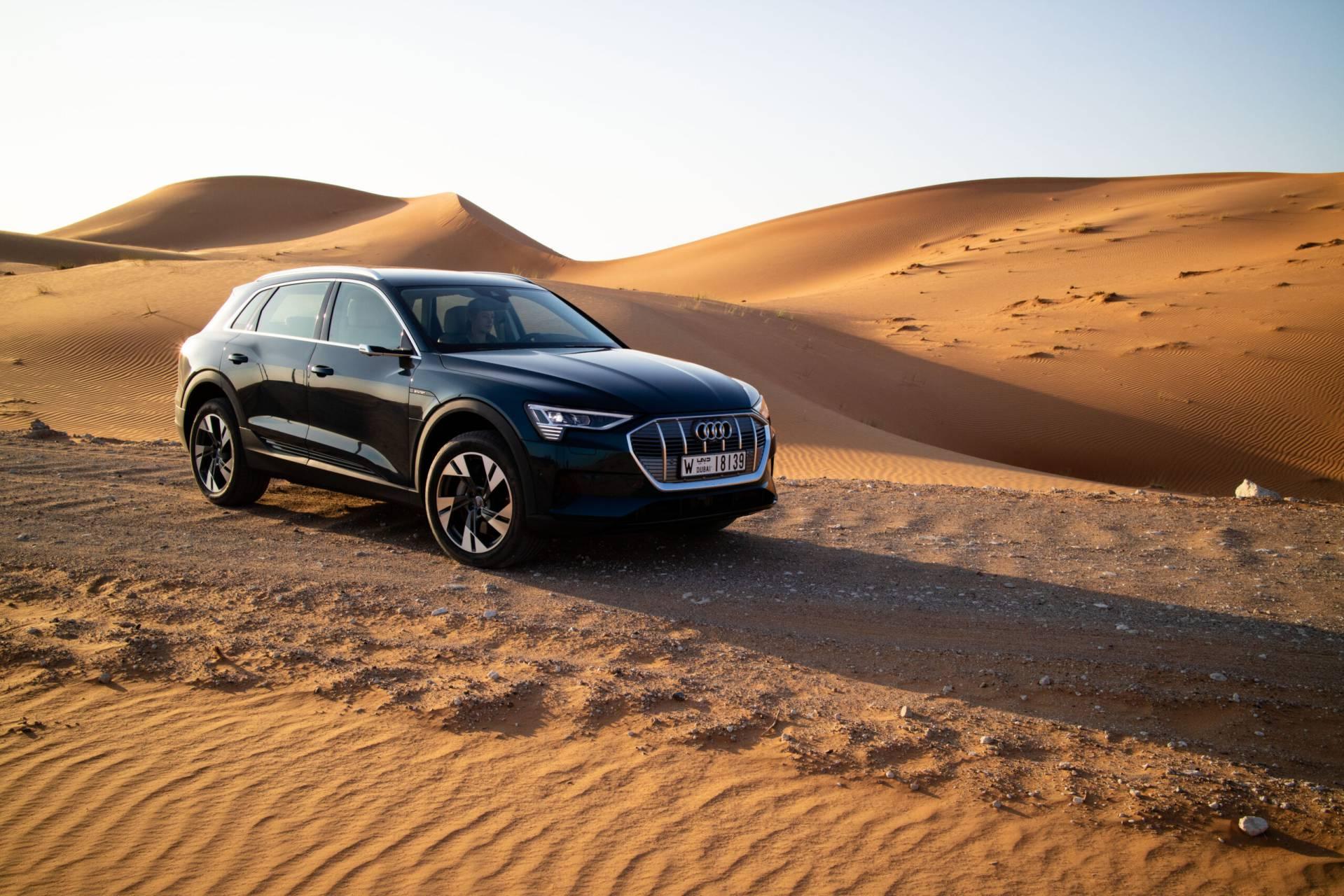 Svart Audi bland sanddynerna
