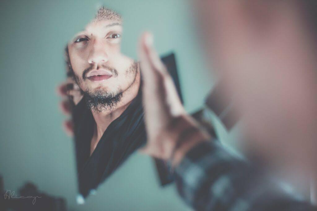Man speglar sig i en kärva av spegelglas
