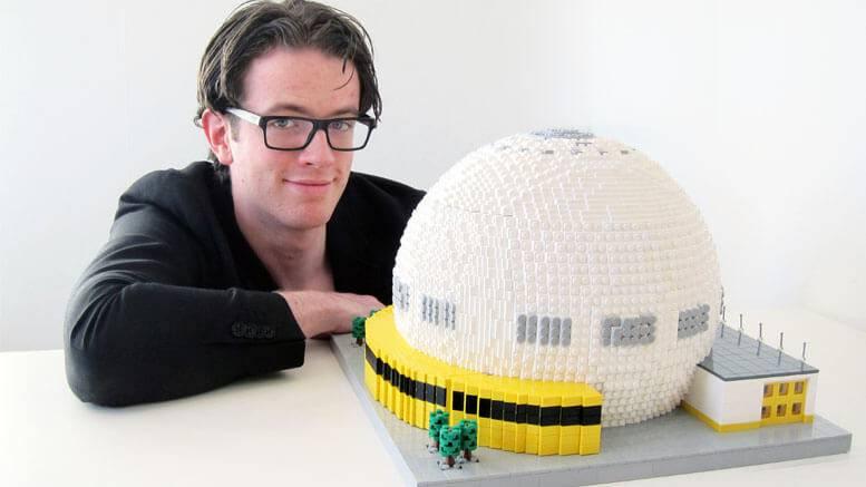 Gabriel Bremler med sin modell av Globen