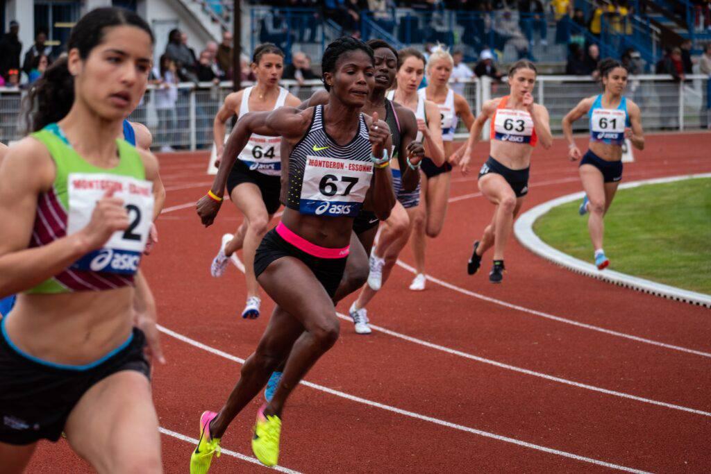 Kvinnliga elitidrottare som springer ett lopp