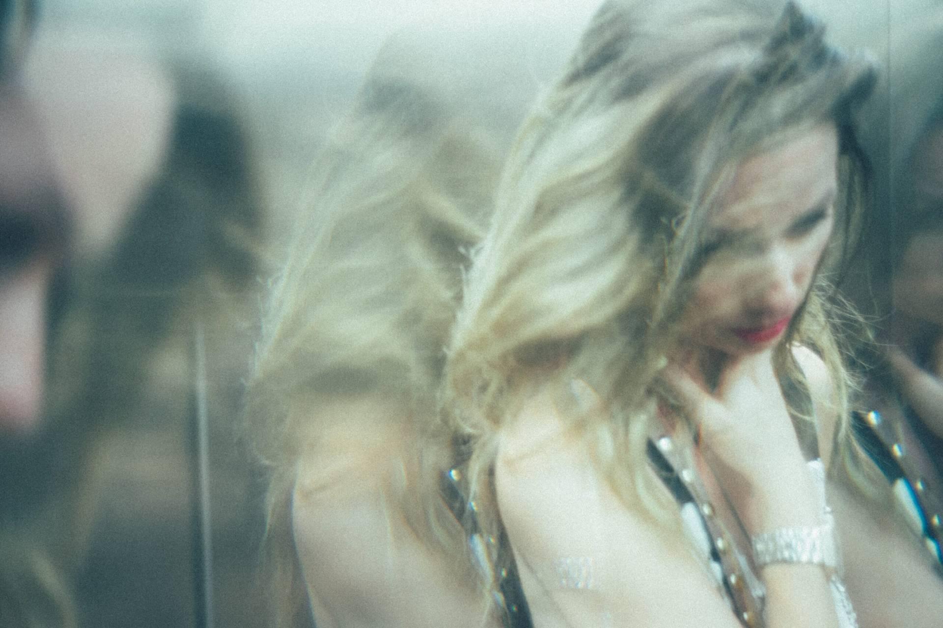 kvinna omringad av speglar