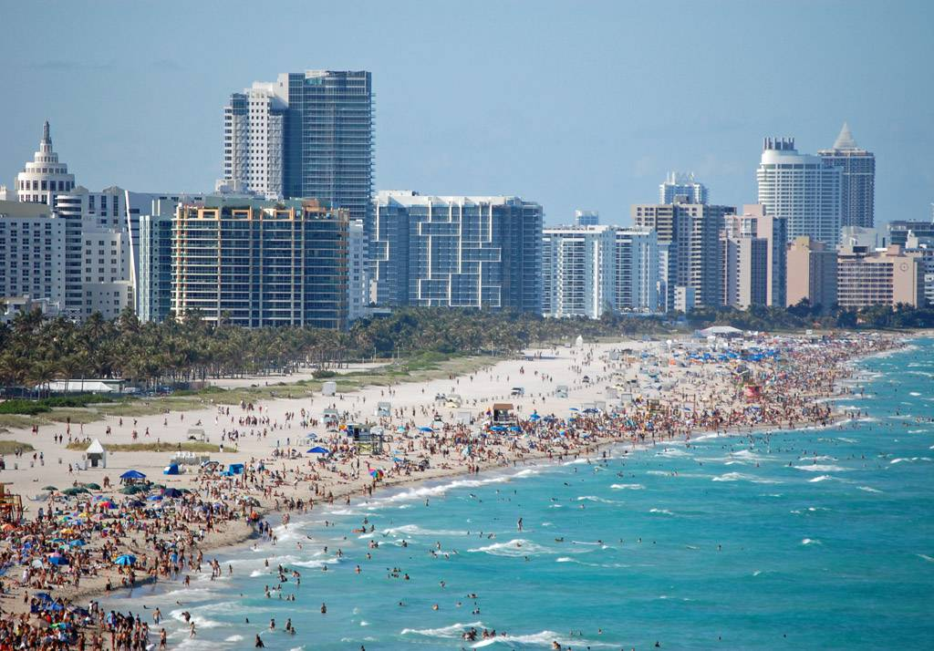 South beach, proppfull strand med skyskrapor I bakgrunden