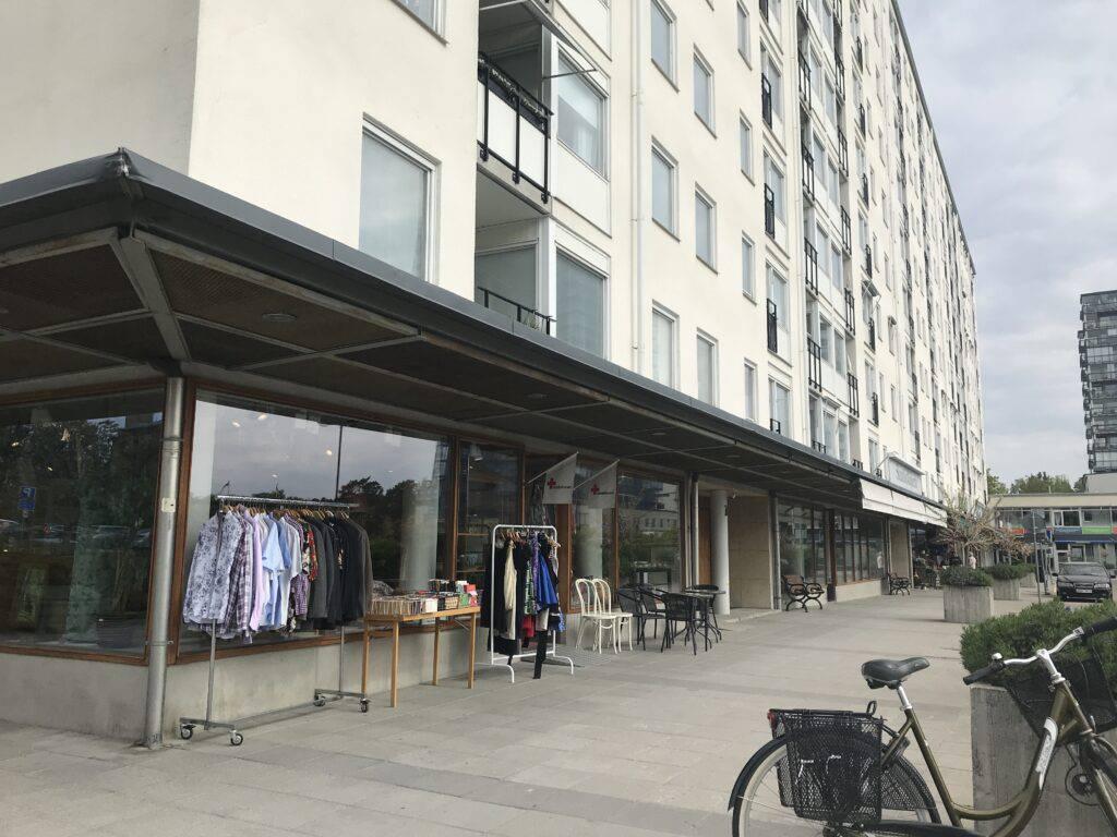 En fasad med butikslokal, svensk förort