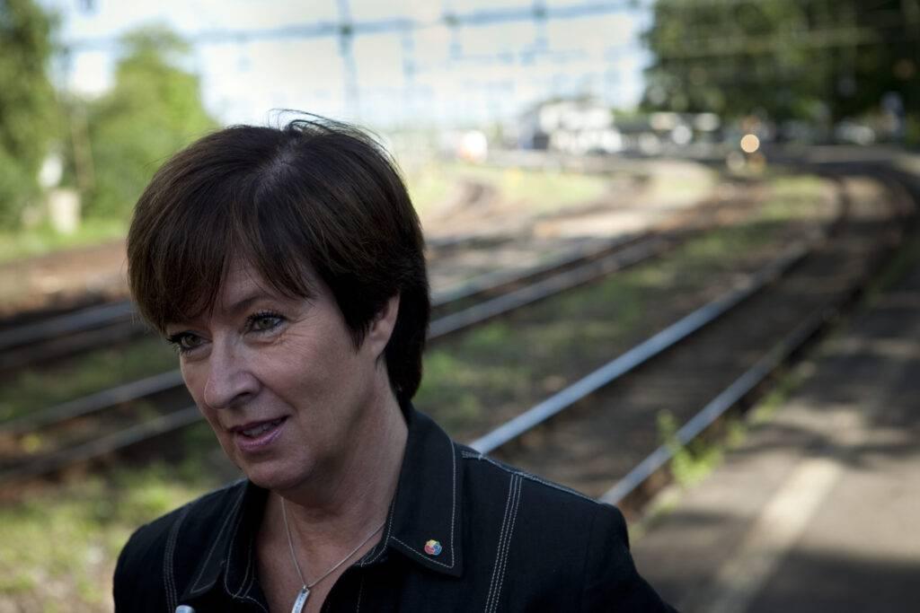 Mona Sahlin med järnvägsräls i bakgrunden