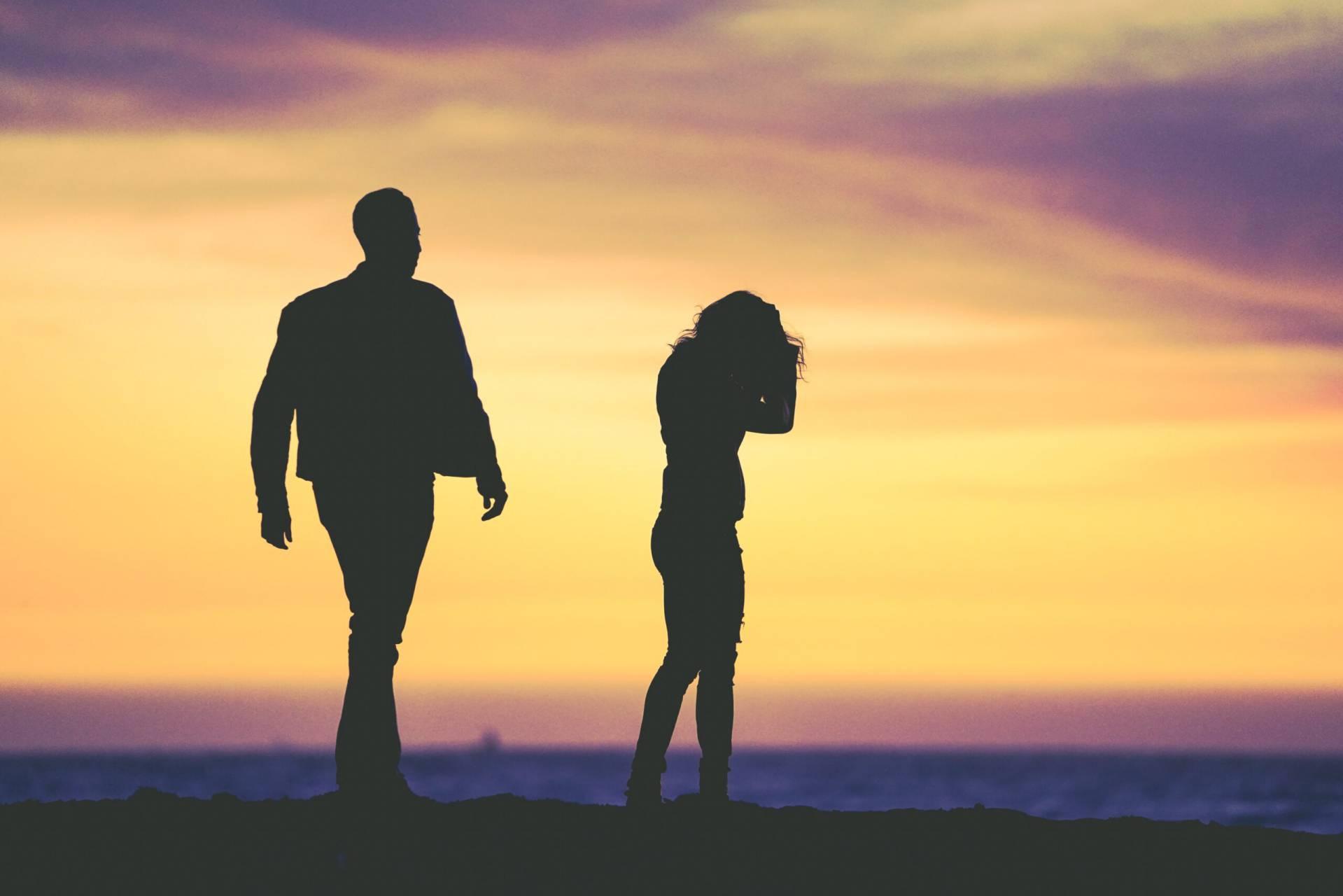 En kvinna och en man som går åt olika håll.