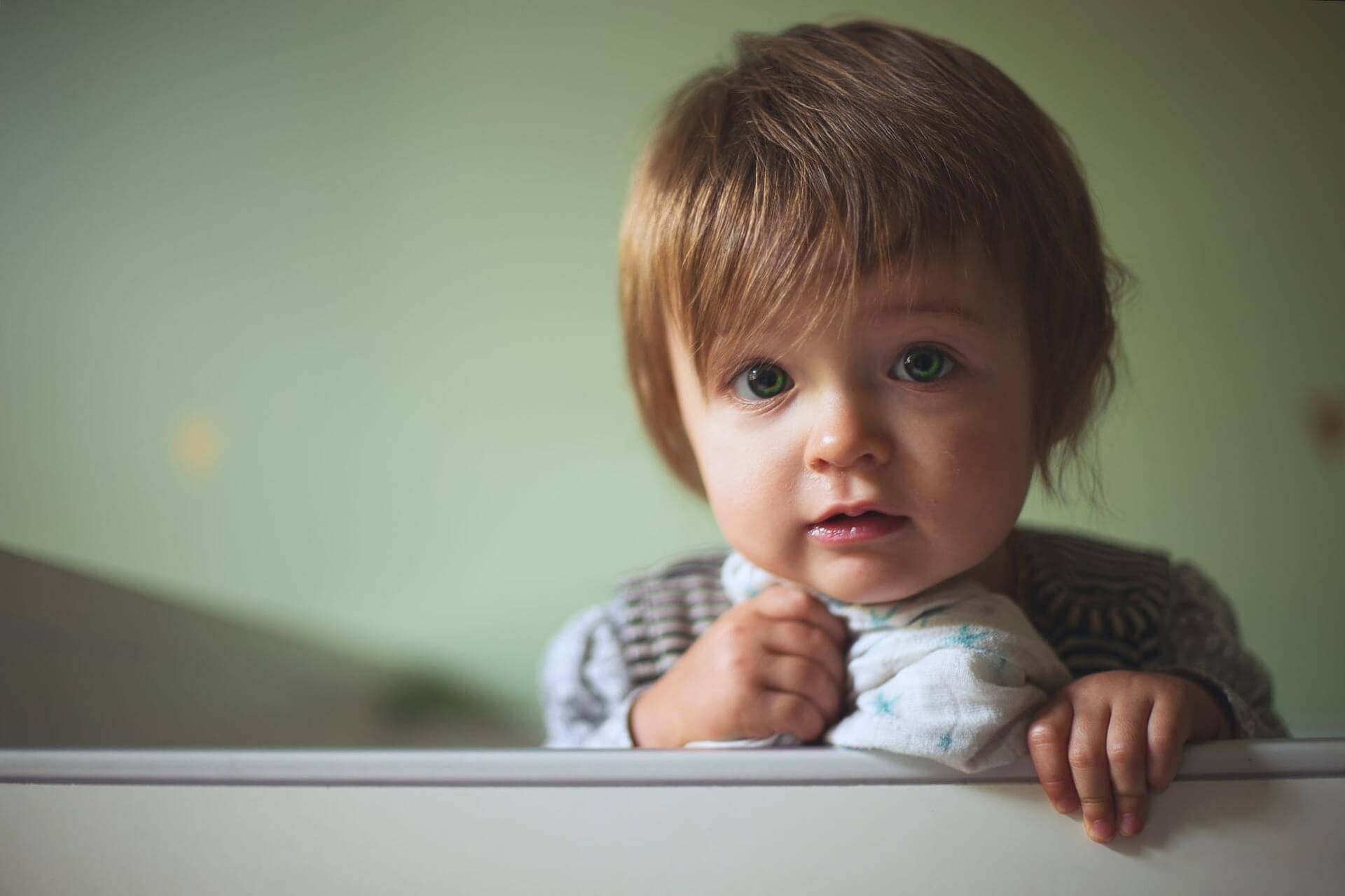 Journalisten Helen Bjurberg har intervjuat en expert som förklarar hur du kan göra för att påverka ditt barns sömncykel.