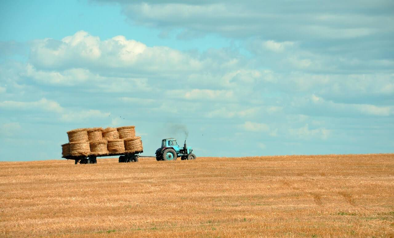 Liten traktor med höbalar
