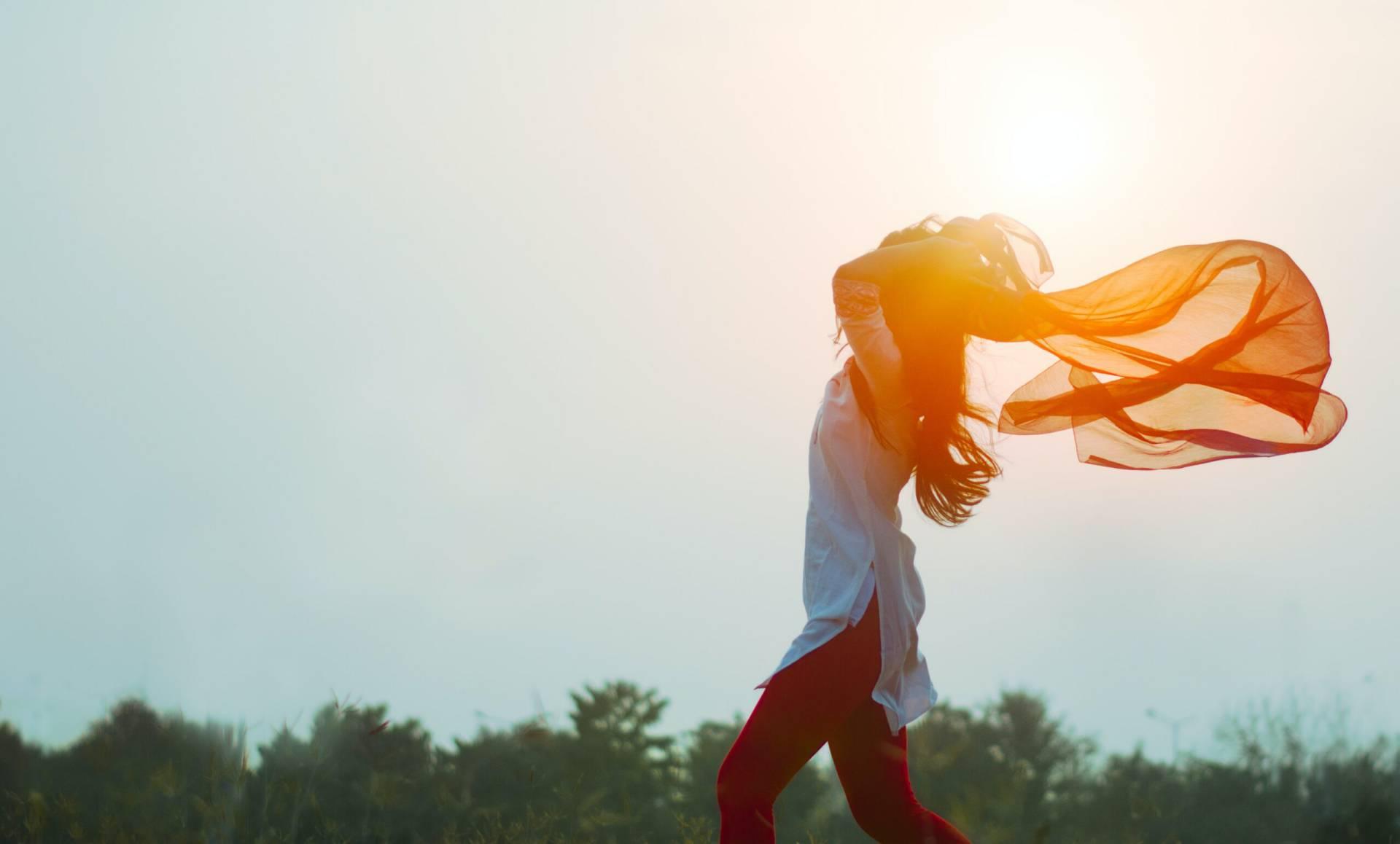 Kvinna med sjal i vinden