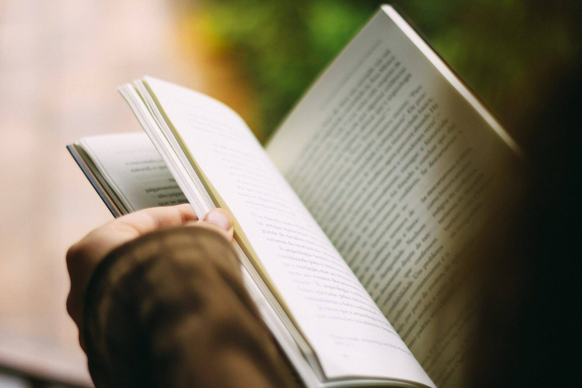 kvinna som läser en bok