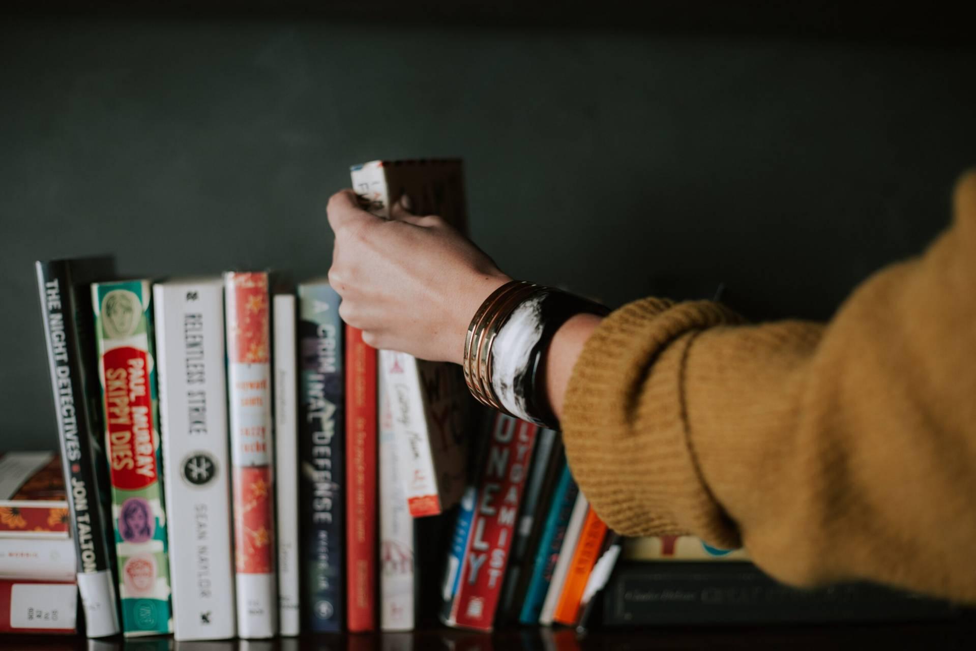 Kvinna vid en bokhylla
