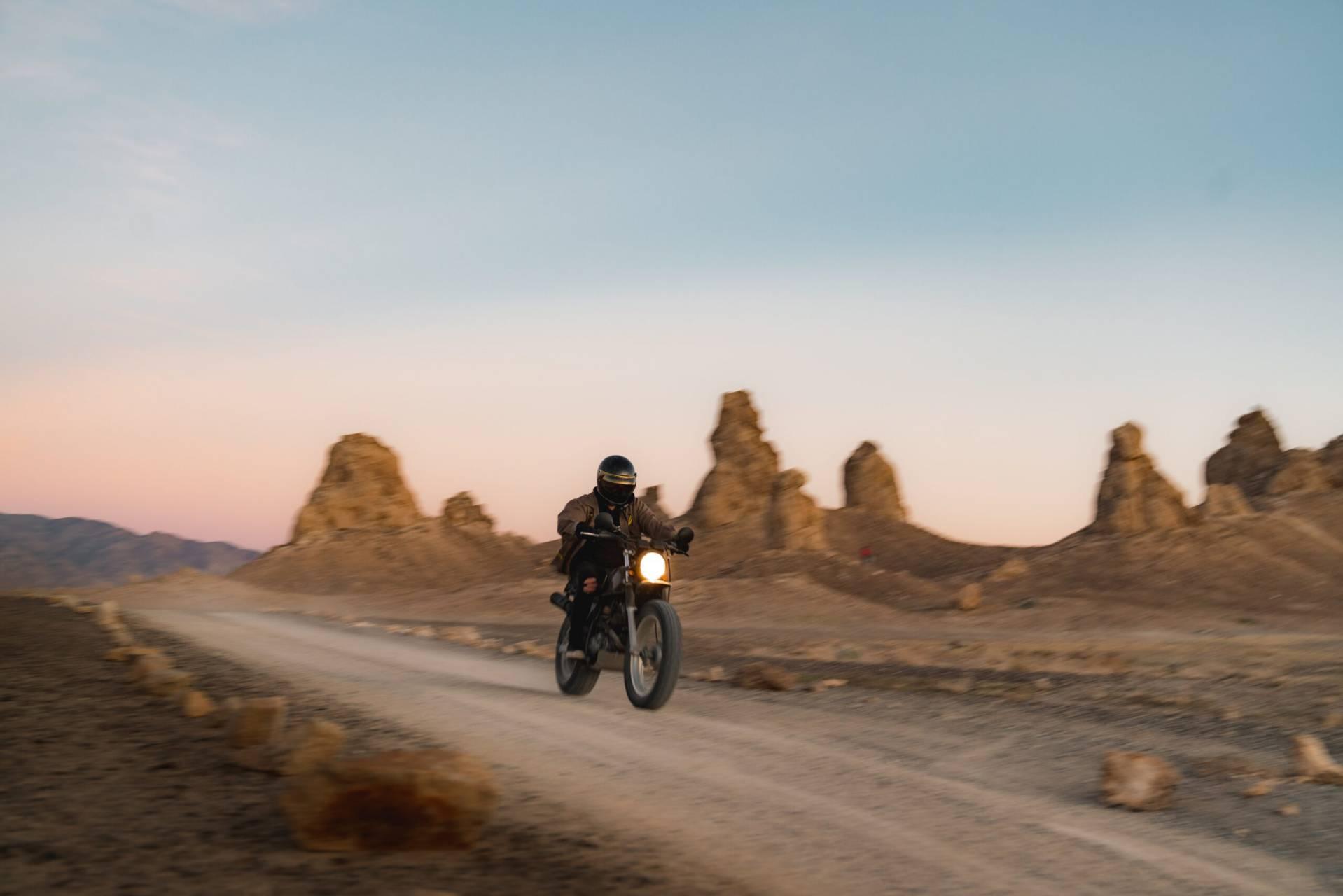 Motorcykel i ökenlandskap