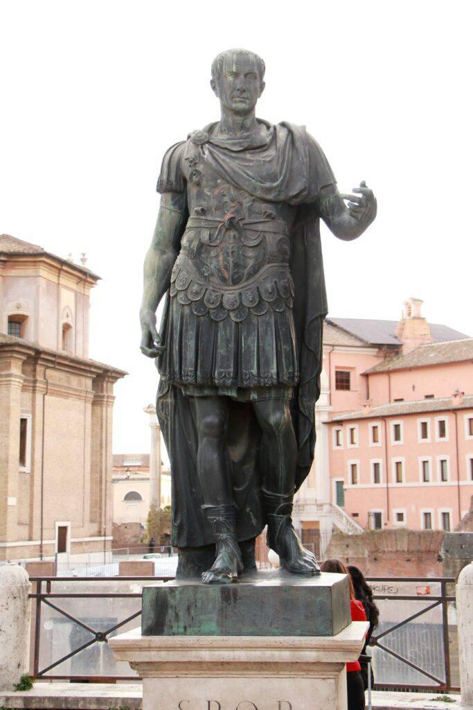 Staty av Julius Cesar i Rom.