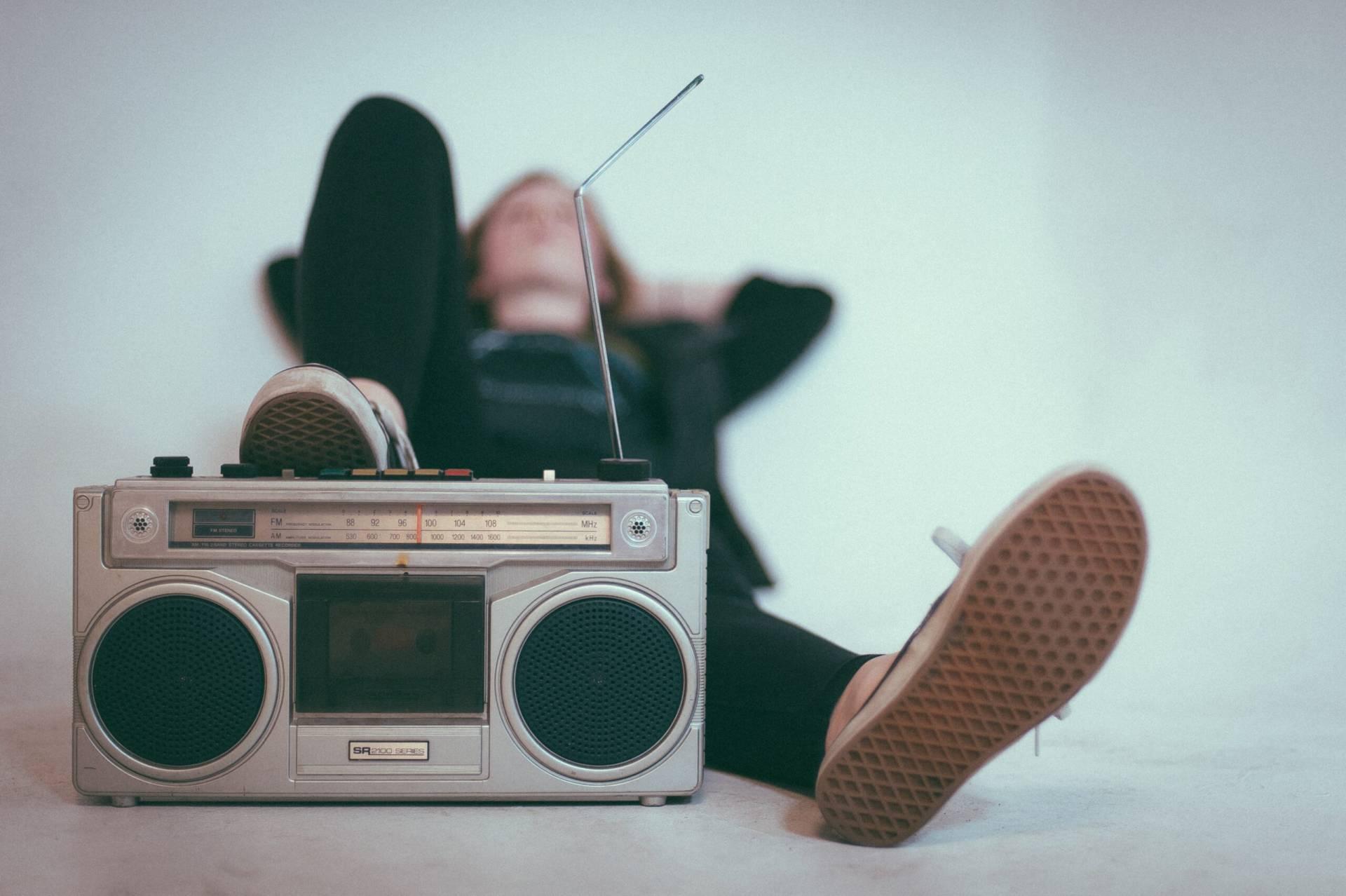 Kvinna som ligger och lyssnar på musik