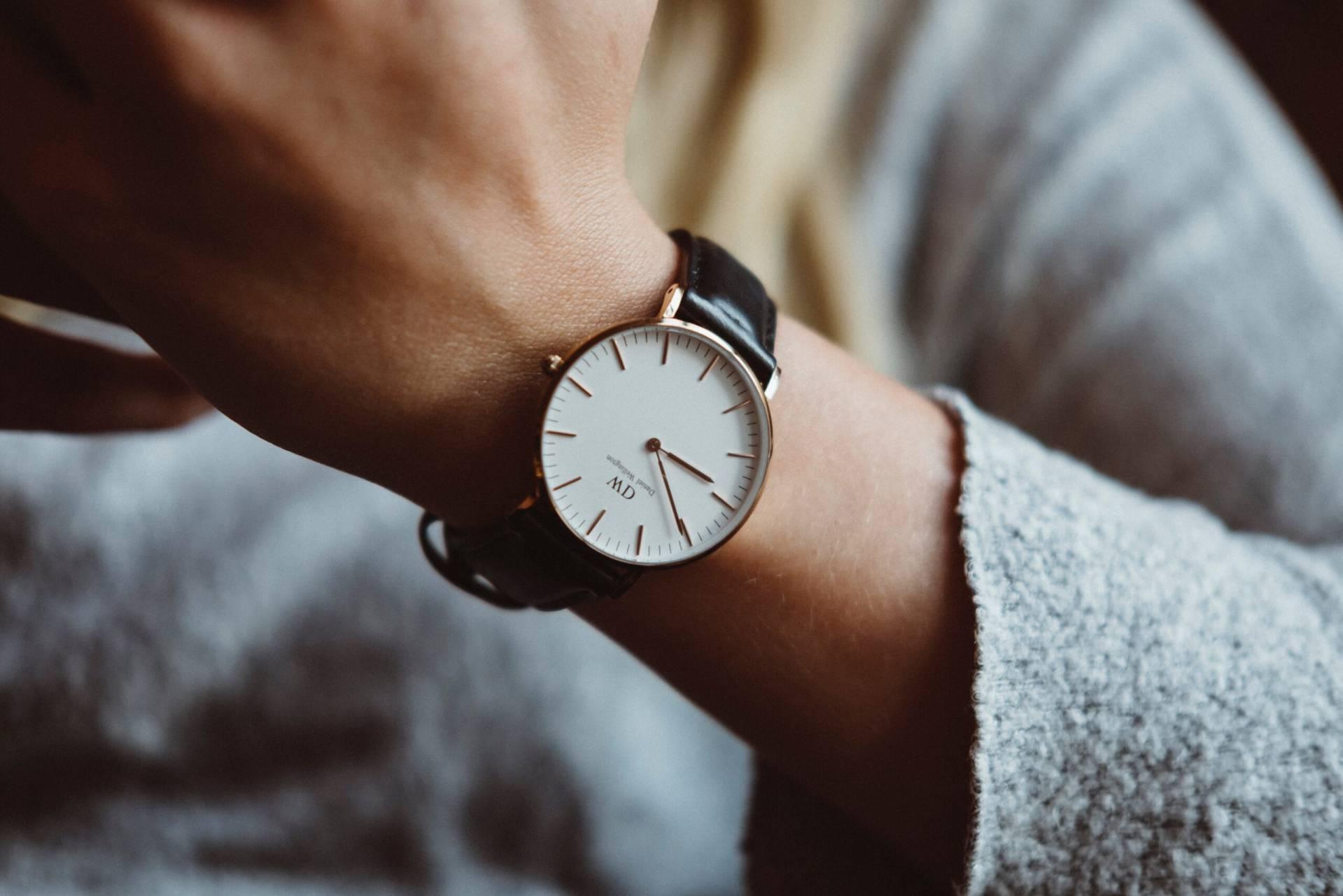 kvinnas handled med klocka