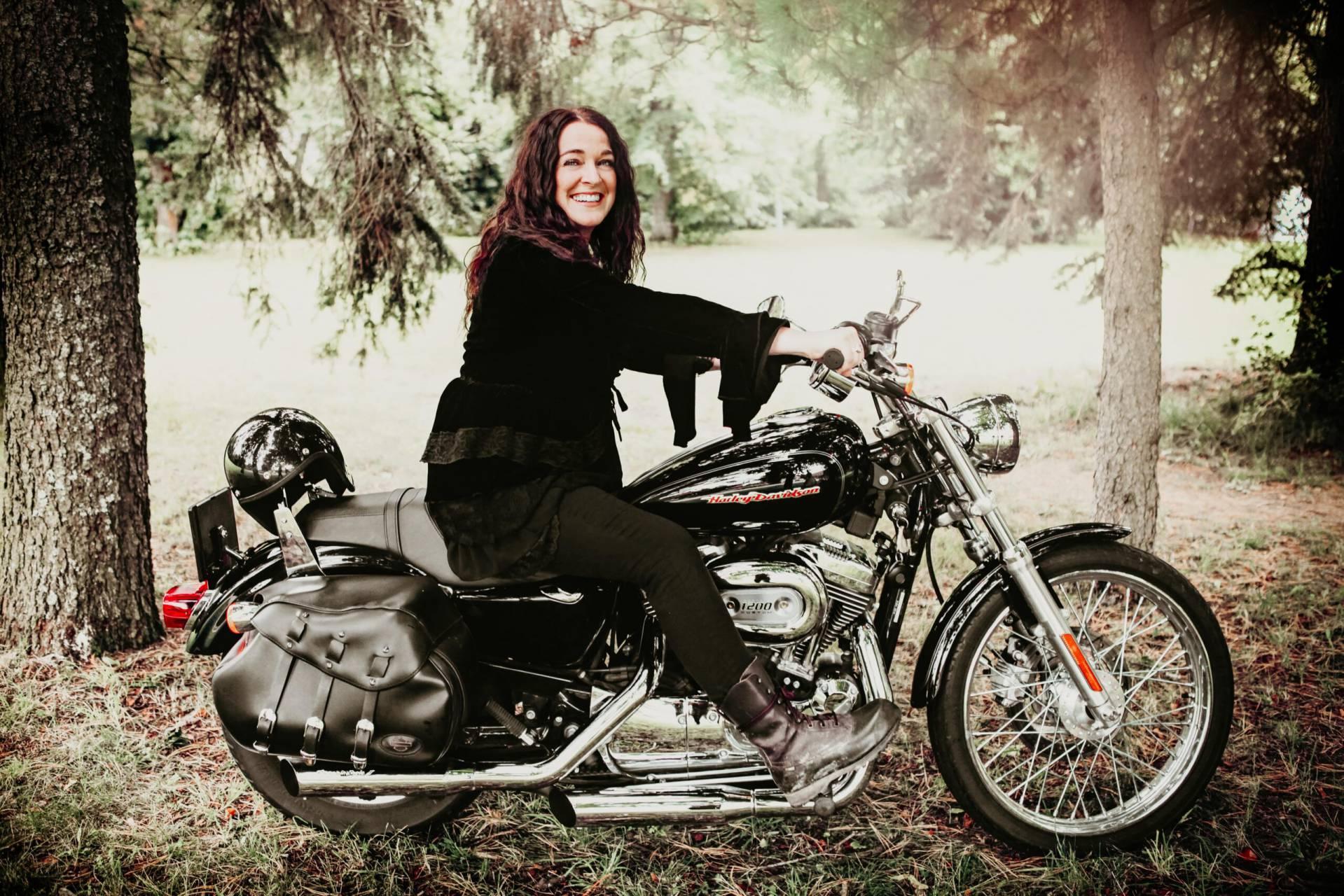 Ulrika Jäger på sin motorcykel