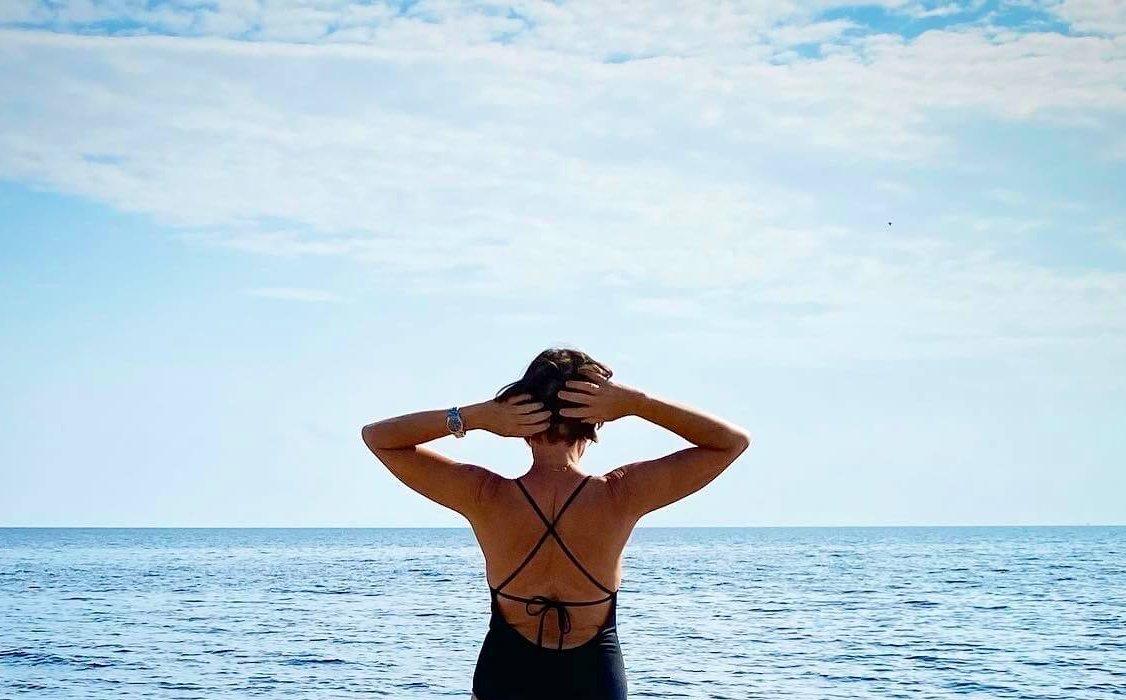 Kvinna kollar ut mot öppet hav