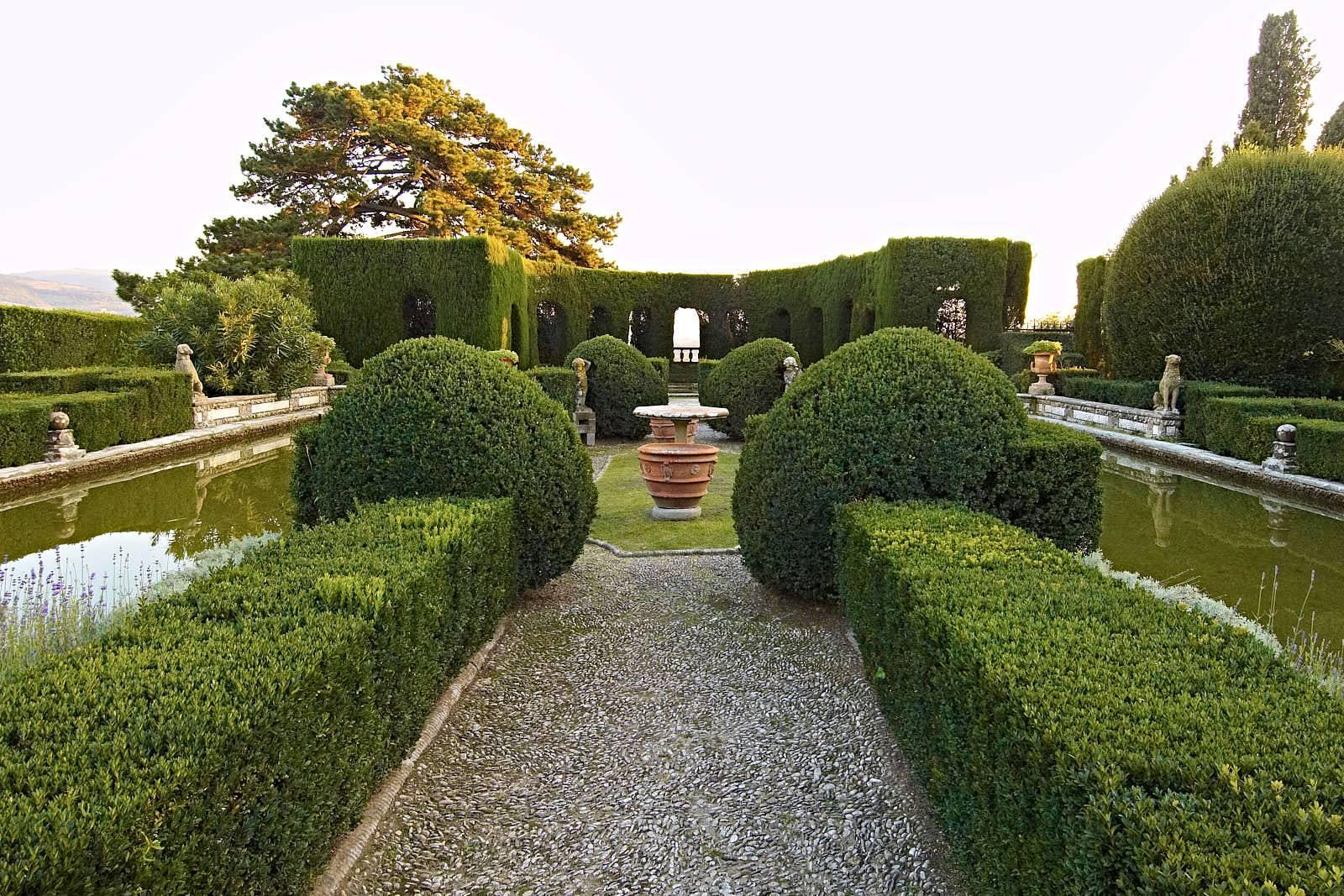 Genom Villa Gamberaias vattenparterr fortsätter siktlinjen mot den djupskapande, halvcirkelformade Teatro di Verzura.