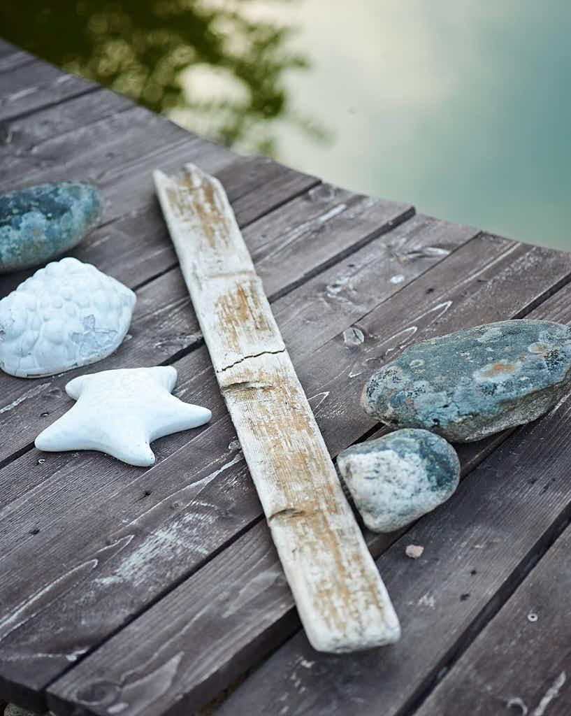 Sjökänslan är fixad genom stenar och brädbitar som Marie tagit reda på i naturen.